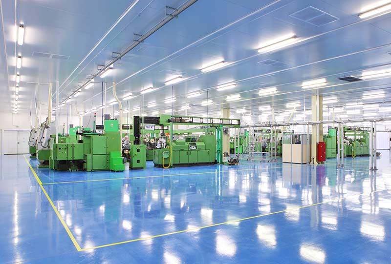 blått skinande golv och gröna industrimaskiner