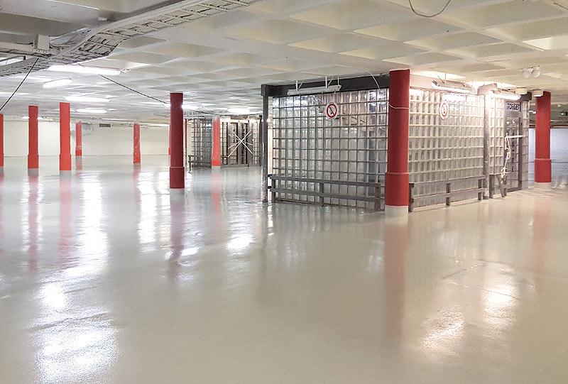 ytbehandlat golv och röda pelare i en lokal