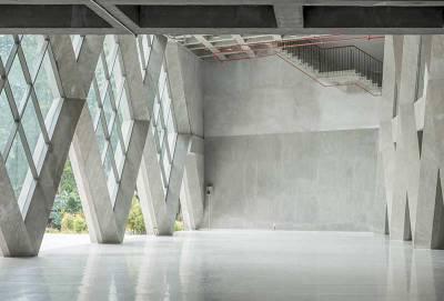 betongkonstruktion med skinande golv
