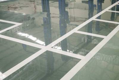 skinande golv med vita markörer