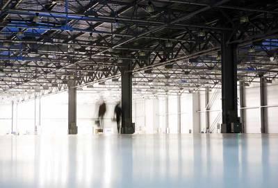 en tom lagerhall med två personer