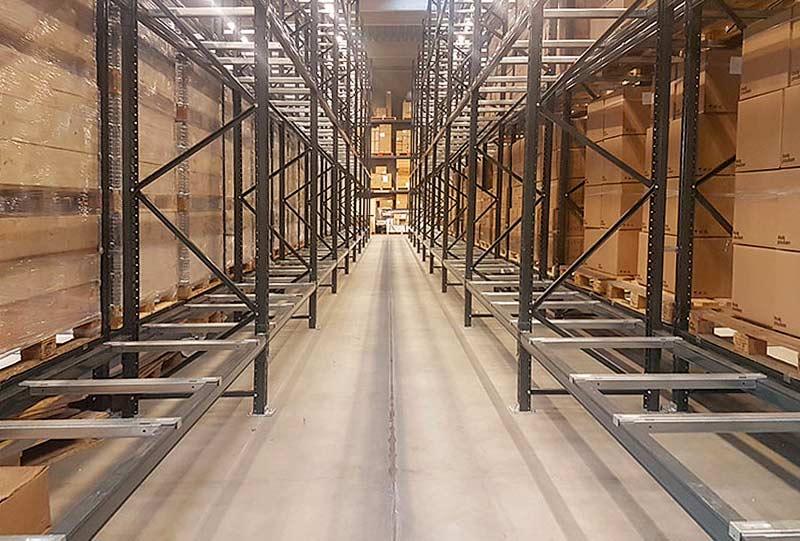 tomma hyllor i ett lager