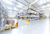 industrigolv, hyllor med produkter i en lagerlokal
