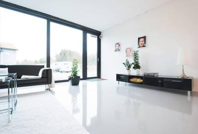 vitt ljust rum som har tavlor med personer på