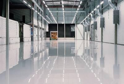 glänsande golv som blivit ytbehandlat
